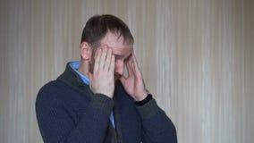 Homem caucasiano novo que sofre da dor de cabeça desesperada e forçada porque dor e enxaqueca filme