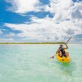 Homem caucasiano que kayaking no mar em Maldivas Imagem de Stock Royalty Free