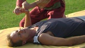 Homem caucasiano que recebe a massagem tailandesa da mão vídeos de arquivo