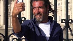 Homem caucasiano que toma Selfy video estoque