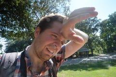 Homem caucasiano sob o sol brilhante quente fotos de stock