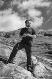Homem caucassian considerável novo com dreadlocks que aprecia a vista em um dia ensolarado que trekking nas montanhas Fotos de Stock Royalty Free