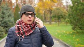 Homem cego com inabilidade usando o assistente de Digitas vídeos de arquivo