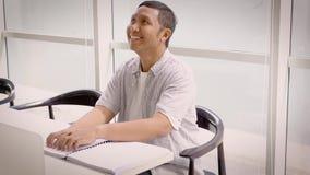 Homem cego que lê um livro do braile na biblioteca video estoque