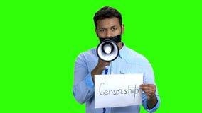 Homem censurado com a boca gravada que tenta falar vídeos de arquivo