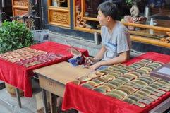 Homem chinês novo que faz pentes de madeira foto de stock royalty free