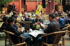 Homem chinês que aprecia a tarde no teahouse Imagem de Stock Royalty Free