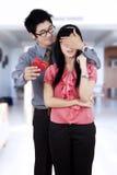 Homem chinês que dá a surpresa sua amiga Imagem de Stock Royalty Free