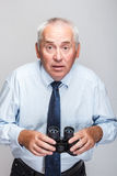 Homem chocado com binóculos Imagem de Stock Royalty Free