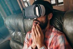 Homem chocado com vidros da realidade virtual Fotografia de Stock