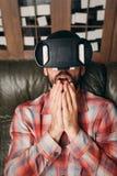 Homem chocado com vidros da realidade virtual imagens de stock royalty free