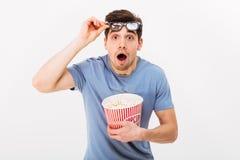 Homem chocado no t-shirt e nos vidros 3d com pipoca Fotos de Stock Royalty Free