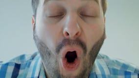 Homem chocado ou surpreendido com a boca aberta larga, fim acima, emoção humana do conceito vídeos de arquivo