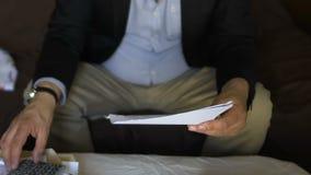 Homem chocado pela grande conta para utilidades, usando a calculadora para contar, problema do débito filme