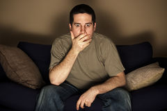 Homem chocado por o que vê na televisão Imagens de Stock Royalty Free