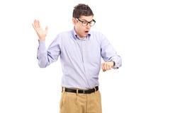 Homem chocado que olha naquele tempo Imagem de Stock