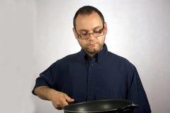 Homem com acessórios da cozinha Foto de Stock Royalty Free