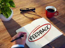 Homem com almofada de nota e conceitos do feedback fotos de stock royalty free