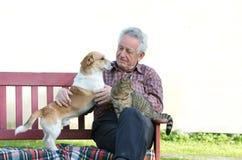 Homem com animais de estimação Fotos de Stock Royalty Free