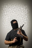 Homem com arma e labirinto Fotografia de Stock Royalty Free