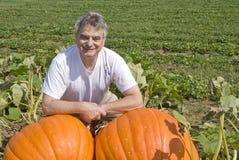 Homem com as duas abóboras grandes Fotografia de Stock Royalty Free