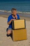 Homem com as duas malas de viagem na praia Fotografia de Stock Royalty Free