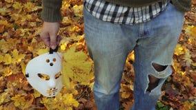 Homem com as folhas assustadores da máscara e de outono de Dia das Bruxas vídeos de arquivo