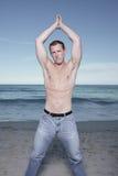 Homem com as mãos clasped na praia foto de stock royalty free