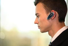 Homem com auriculares sem fio Fotografia de Stock