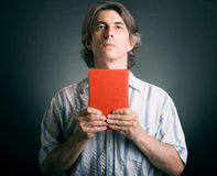 homem com a Bíblia à disposicão. Foto de Stock Royalty Free