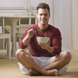Homem com a bacia de salada Imagens de Stock