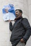 Homem com a bandeira do papa Francis Fotos de Stock