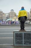 Homem com bandeira ucraniana Imagens de Stock Royalty Free