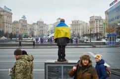Homem com bandeira ucraniana Imagens de Stock