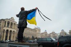 Homem com bandeira ucraniana Fotografia de Stock Royalty Free