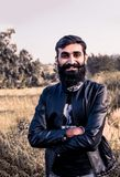 Homem com a barba crescida longa e vestindo um revestimento fotos de stock