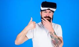 Homem com barba e bigode com vidros de VR, fundo azul Conceito da tecnologia de VR O indivíduo com vidros de VR, dirige montado Imagens de Stock Royalty Free