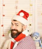 Homem com a barba em sorrisos quadriculados da camisa extensamente fotos de stock