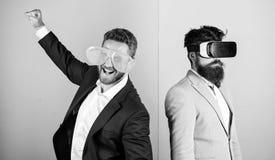 Homem com a barba em vidros de VR e no acess?rio pl?stico louvered Indiv?duo interativo na realidade virtual Explora??o do modern imagens de stock royalty free