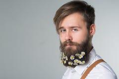Homem com a barba na camisa e nos suspensórios brancos fotografia de stock