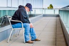 Homem com a barba que senta-se na cadeira no balcão Foto de Stock Royalty Free