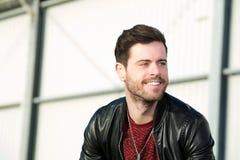 Homem com barba que sorri fora foto de stock