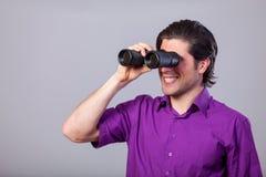 Homem com binocular Imagens de Stock