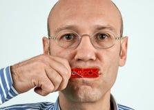 Homem com a boca firmemente fechado Imagem de Stock Royalty Free