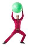 Homem com a bola suíça que faz exercícios Imagens de Stock