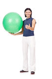 Homem com a bola suíça que faz exercícios Fotos de Stock