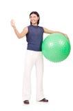 Homem com a bola suíça que faz exercícios Fotos de Stock Royalty Free