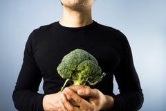 Homem com brócolos Fotografia de Stock Royalty Free