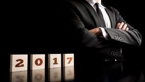 Homem com braços dobrados e ano 2017 em blocos Fotografia de Stock