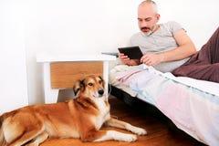 Homem com cães em casa Fotografia de Stock